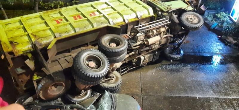 Truk Fuso Terjun Bebas Timpa Mobil TNI