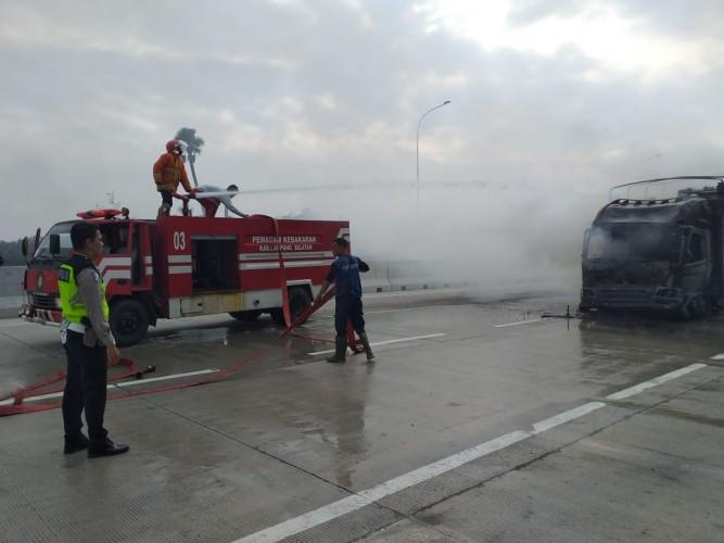 Truk Kimia Ludes Terbakar di Tol KM 32 Kalianda
