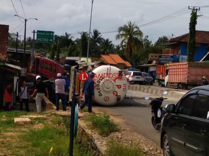 Truk LPG Terguling di Tegineneng Picu Kemacetan