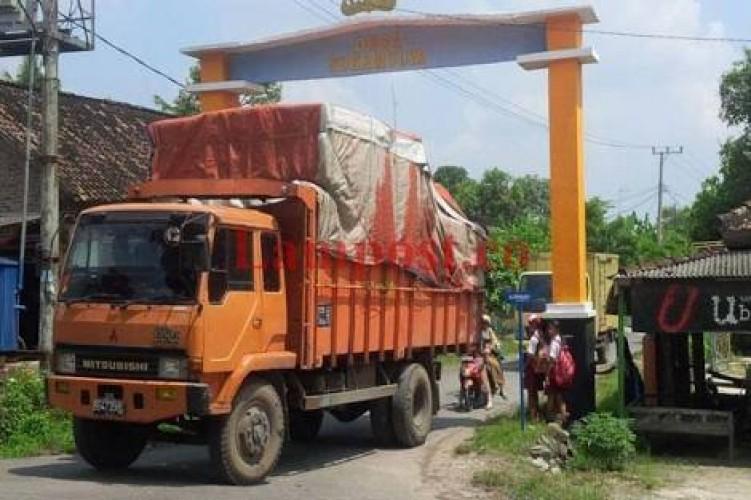 Truk Muatan Berlebih Rusak Infrastruktur Jalan