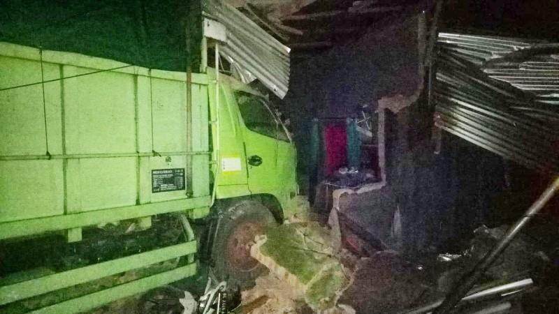 Truk Oleng Seruduk Satu Rumah dan Dua Motor di Jalan Sutami
