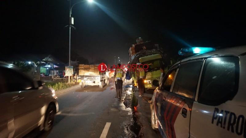 Truk Pecah Ban, Timbulkan Kemacetan di Jalinsum Kalianda