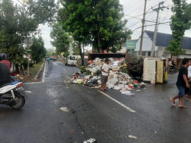 Truk Pengangkut Sampah Terguling saat Menuju TPA