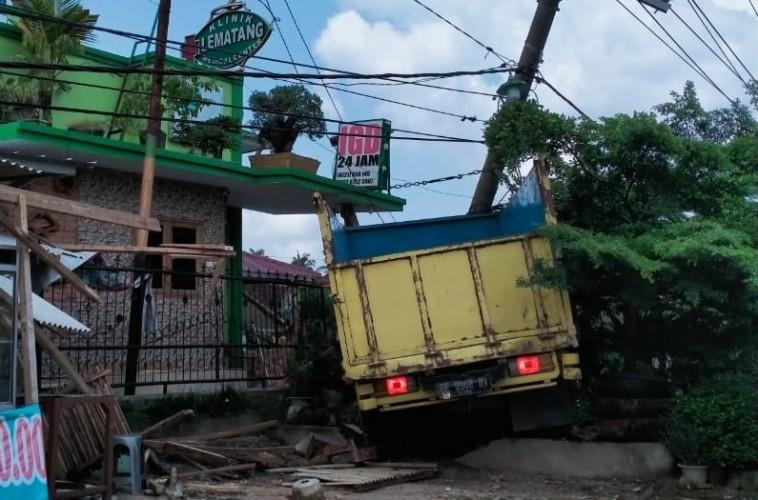 Truk Tabrak Tiang, Listrik di Sukabumi dan Sekitarnya Padam