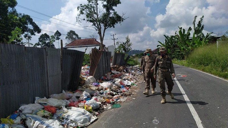 Tumpukan Sampah Ditemukan di Badan Jalan Nasional
