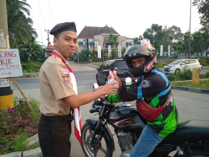 UKM Pramuka Raden Jambat Bagikan Takjil Gratis