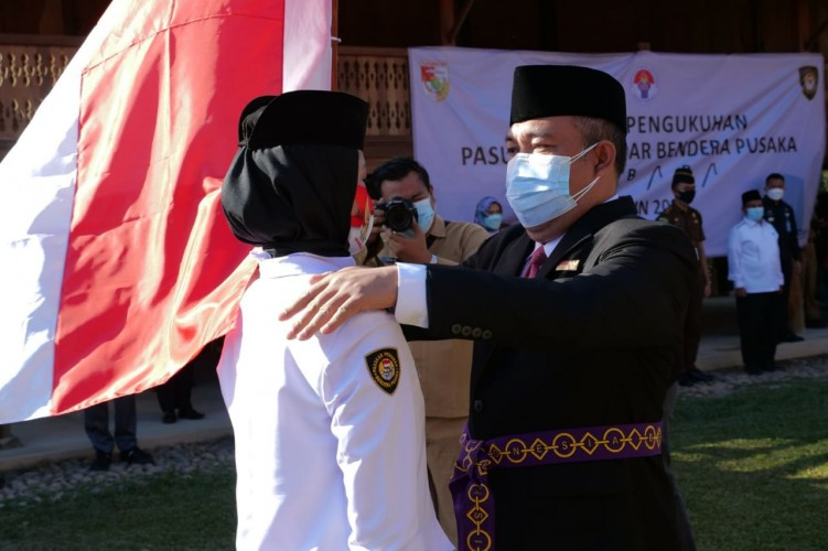 Umar Ahmad Kukuhkan Paskibraka Tubaba