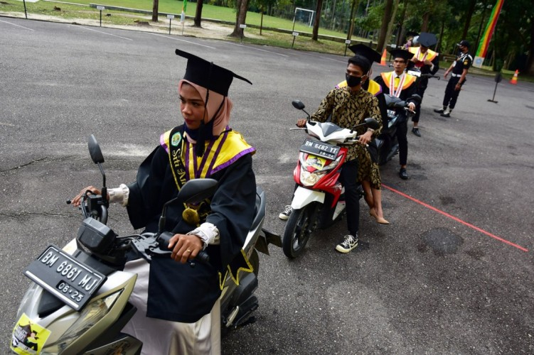 Unilak Riau Gelar Wisuda Secara Drive Thru