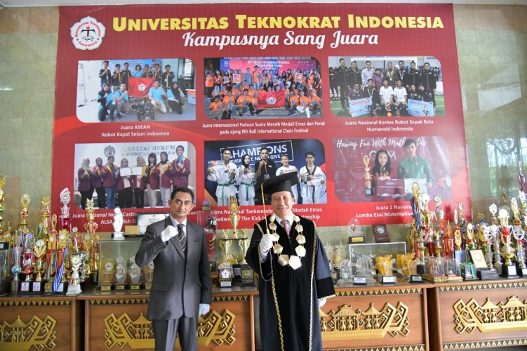 Universitas Teknokrat Beri Kejutan Ulang Tahun Sekretaris L2Dikti