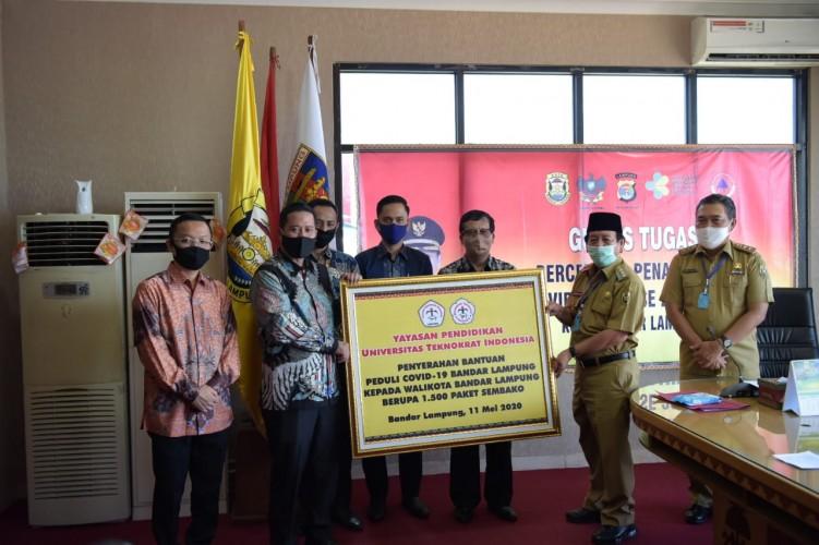Universitas Teknokrat Salurkan Ribuan Paket Sembako kepada Wali Kota Bandar Lampung untuk Warga
