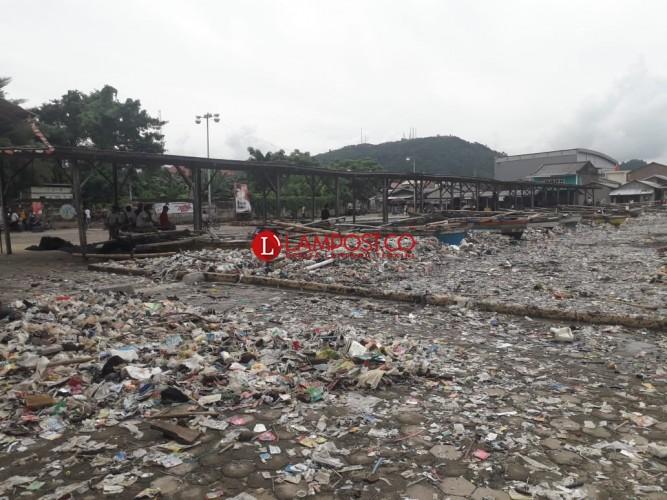 Usai Banjir Rob, Pemukiman Sukaraja Dipenuhi Sampah