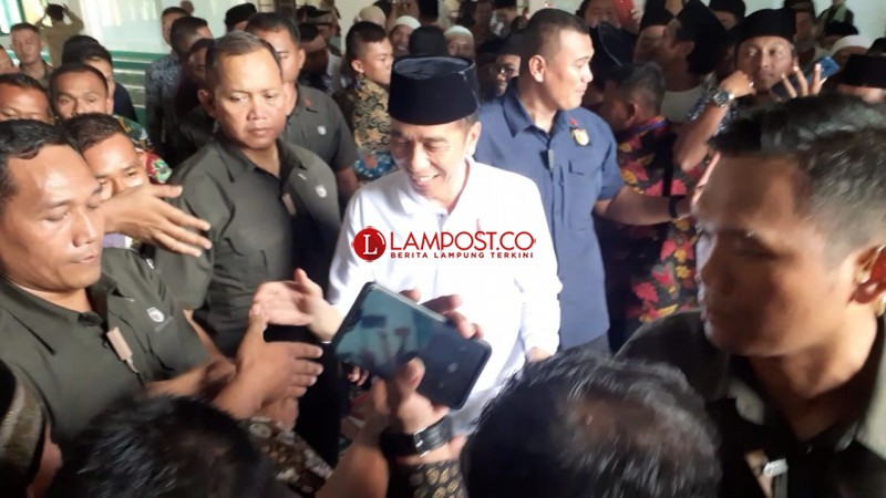 Usai Salat Jumat, Jokowi Diserbu Jemaah Minta Salaman