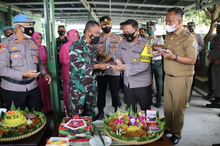 Wabup dan Wakapolres Pringsewu Beri Kejutan Danramil di HUT Ke-76 TNI