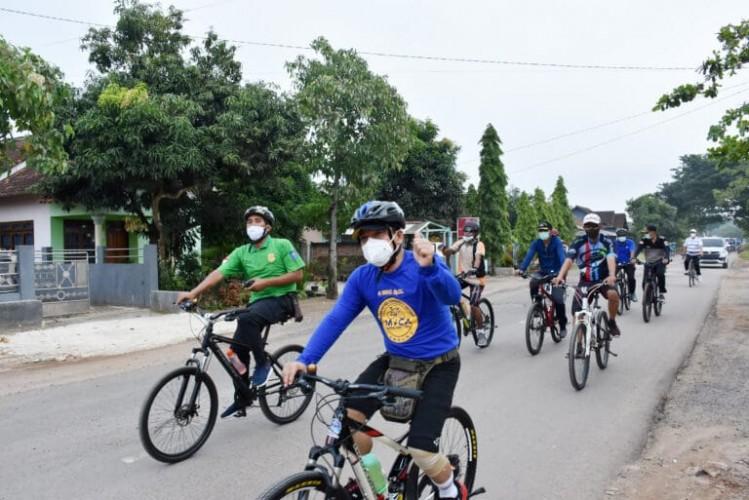 Wahdi-Qomaru Kunjungi Padas Grojok dengan Bersepeda