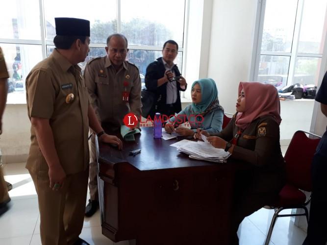 Wali Kota Minta Disdukcapil Tambah Loket Pengambilan KTP El