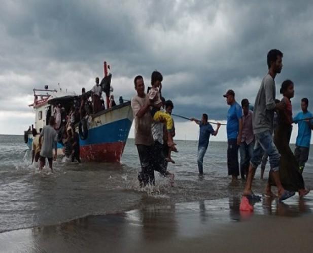 Warga Aceh Evakuasi 94 Pengungsi Rohingya ke Darat