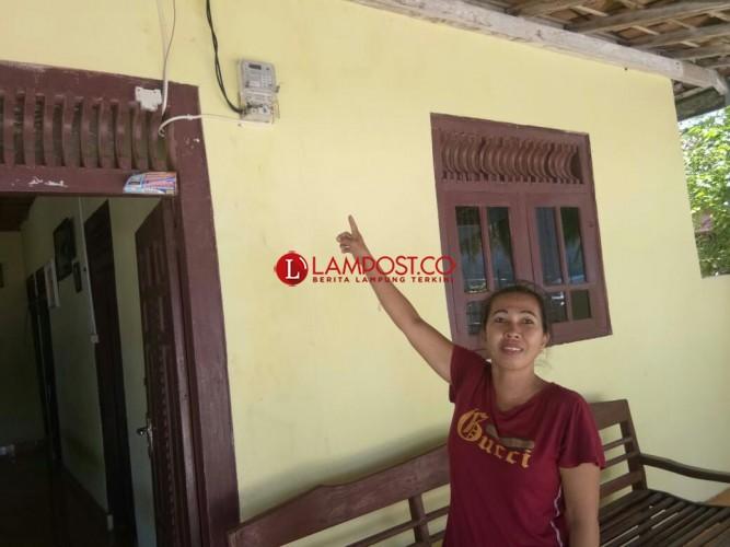 Warga Antusias Listrik PLNMasuk Kecamatan Pulau Pisang