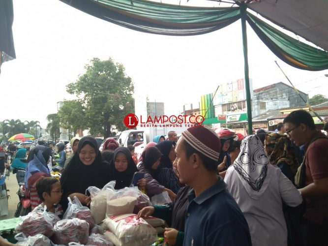 Warga Bandar Lampung Serbu 2 Lokasi Penetrasi Pasar