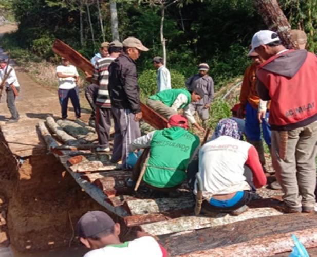 Warga Bangun Jembatan Darurat Gantikan Gorong-gorong yang Jebol