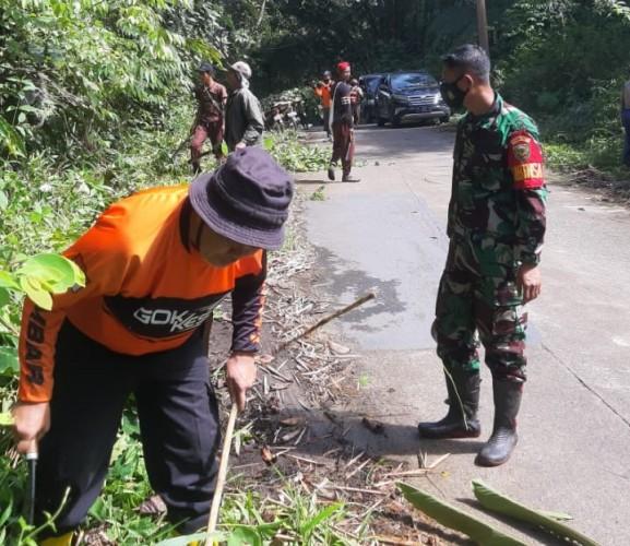 Warga Batubrak Gotong Royong Bersihkan Semak di Jalan Sukabumi - Suoh