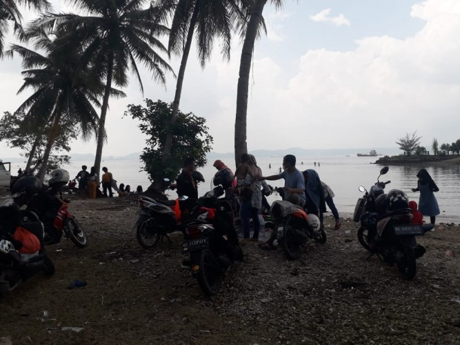 Warga Berkunjung ke Pantai Usir Kebosanan Selama di Rumah
