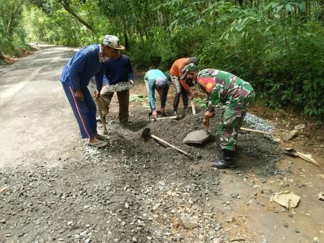 Warga dan Babinsa Gotong Royong Perbaiki Jalan di Negeri Agung