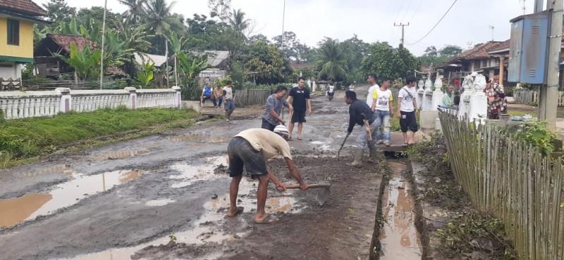 Warga Desa Kistang Gotong Royong Tambal Kerusakan Jalan