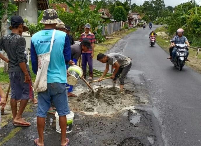 Warga Desa Pasuruan Swadaya Perbaiki Jalan Provinsi