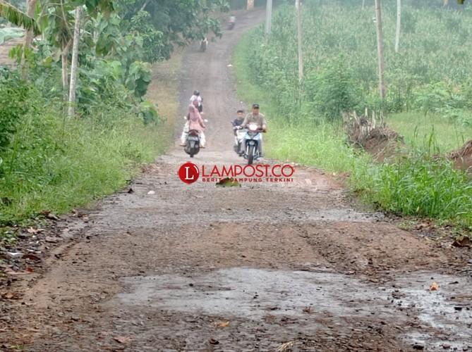 Warga Desa Rulung Mulya Keluhkan Jalan Rusak