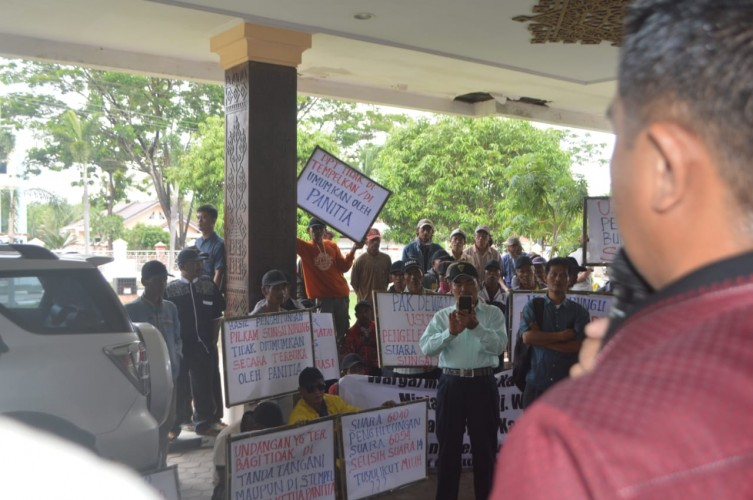 Warga Dua Kampung di Tulangbawang Minta Pilkakam Ulang