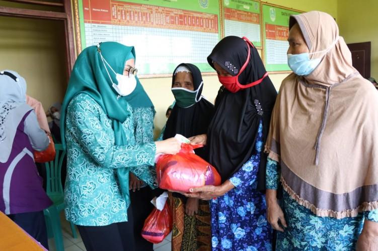 Warga Dua Kecamatan Dapat Sembako dan Masker