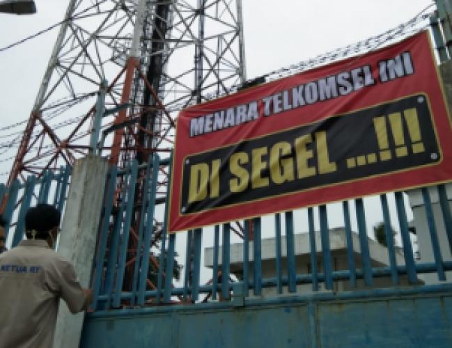 Warga Imopuro Pasang Spanduk 'Disegel' di Menara BTS