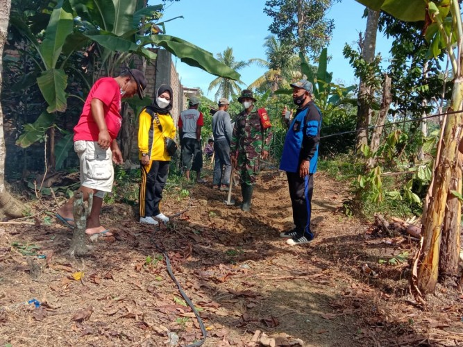 Warga Kampung Setia Negara Gotong Royong Buat Jalan Setapak