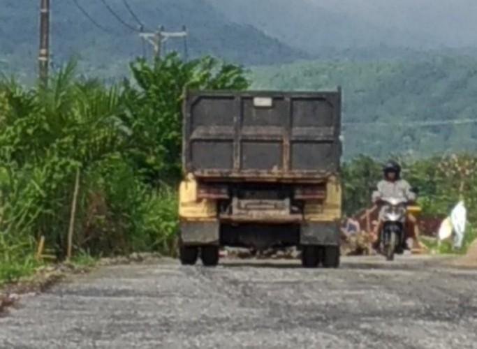 Warga Kecewa Perbaikan Jalan di Lamsel Cuma Tambal Sulam