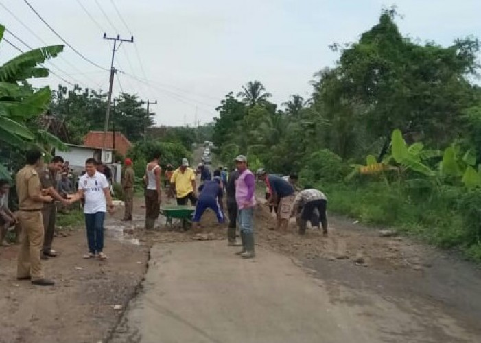 Warga Kekiling Turun Tangan Timbun Jalan Provinsi Yang Berlubang