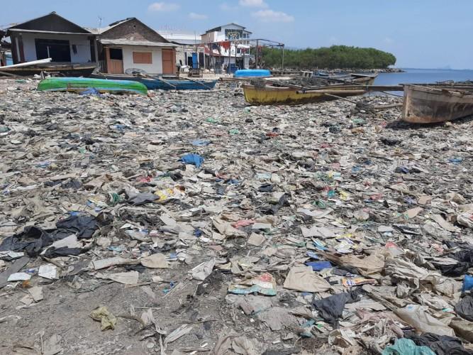 Warga Keluhkan Bau Busuk dari Tumpukan Sampah di Telukbetung Selatan