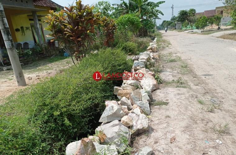 Warga Keluhkan Proyek Drainase dan Jalan Rusak di Branti