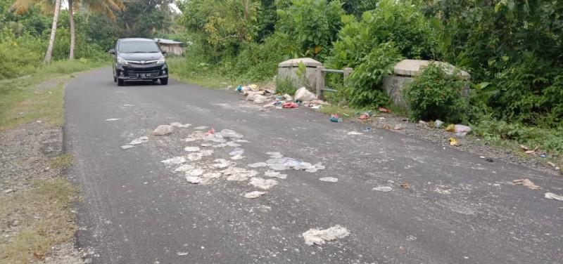 Warga Keluhkan Sampah Berserakan di Perbatasan Pekon Wayredak dan Walur