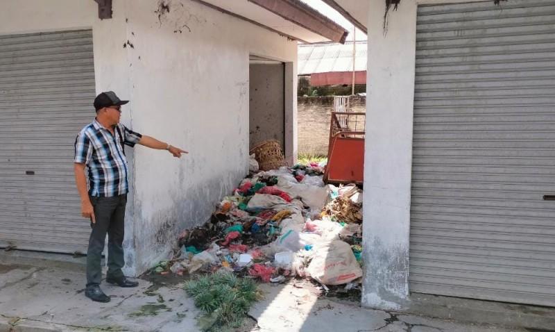 Warga Keluhkan Tumpukan Sampah di Pasar Palasjaya