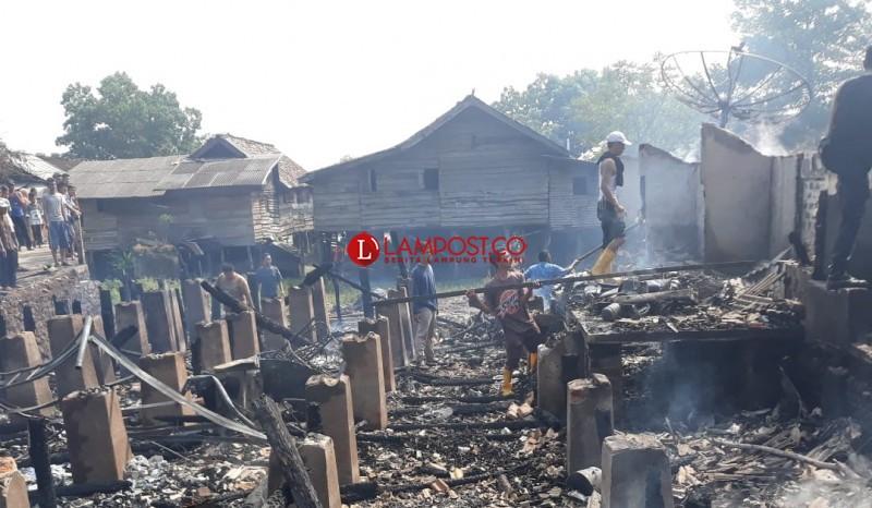 Warga Korban Kebakaran Mengais Barang Sisa Yang Bisa Dimanfaatkan