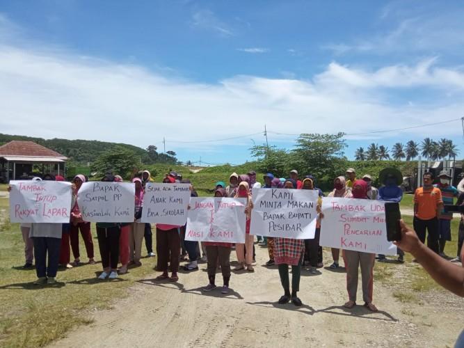 Warga Lemong Pesibar Demo Tolak Penyegelan Tambak Udang
