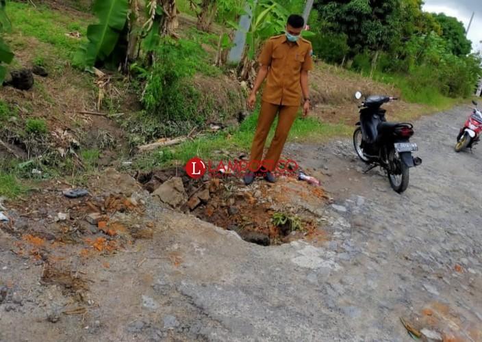 Warga Mandalasari Keluhkan Kerusakan Jalan Lingkar Desa