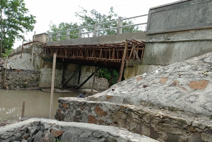 Warga Minta Uang Pembongkaran Jembatan Waisari Dikembalikan
