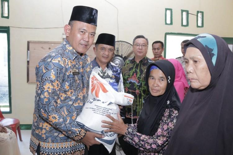 Warga Pagelaran dan Pardasuka Terima 150 Paket Beras Cadangan Daerah
