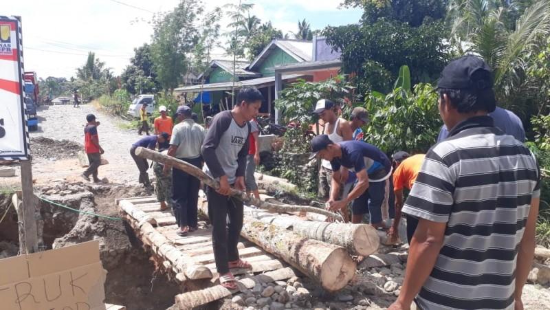 Warga Pekon Tembelang Gotong Royong Bangun Jembatan Kayu