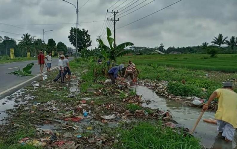 Warga Penengahan Gotong Royong Cegah Banjr
