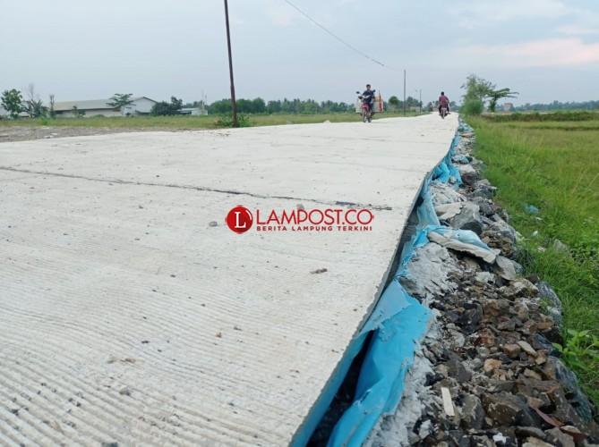 Warga Pertanyakan Proyek Jalan Kabupaten di Desa Mandah