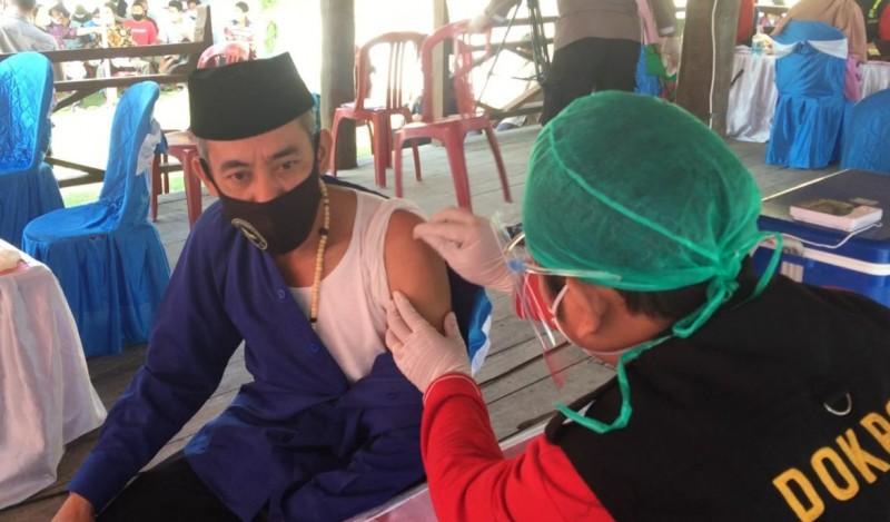 Warga Pulau Pahawang Jalani Vaksinasi