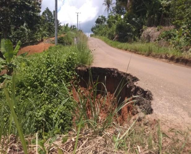 Warga Pulaupanggung Minta Perbaikan Jalan yang Longsor