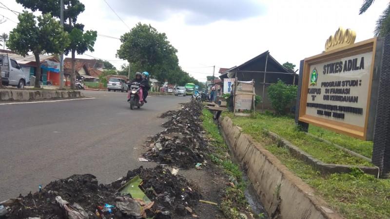 Warga Rajabasa Keluhkan Gundukan Sampah Drainase